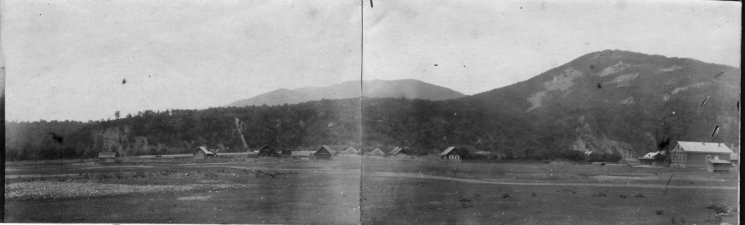 Обнажения у деревни Хмельницкой. Туфогенный горизонт горы и высоты, сложенные гранитом