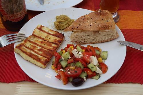 Kräutergrillkäse mit Salat griechischer Art, Fladenbrot und Curry-Dip