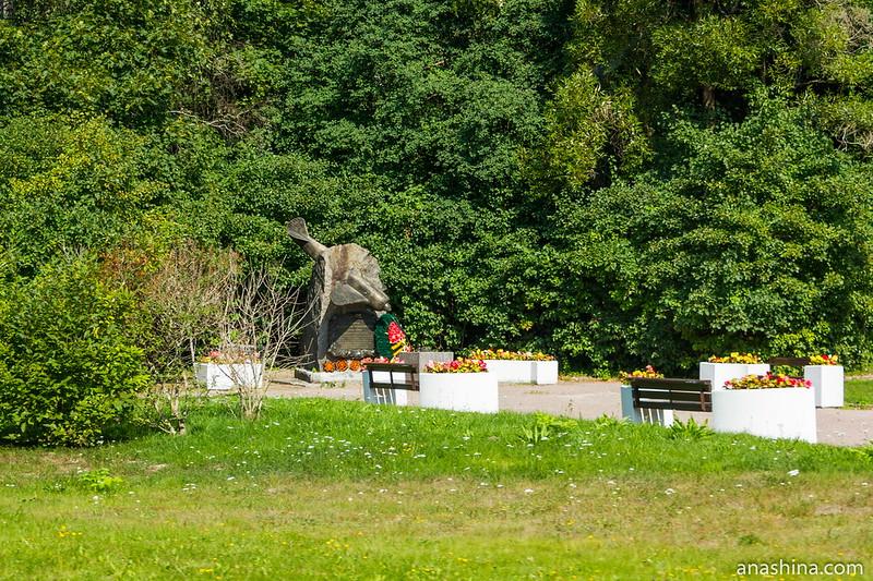 Памятник Герою Советского Союза В.Г.Серову
