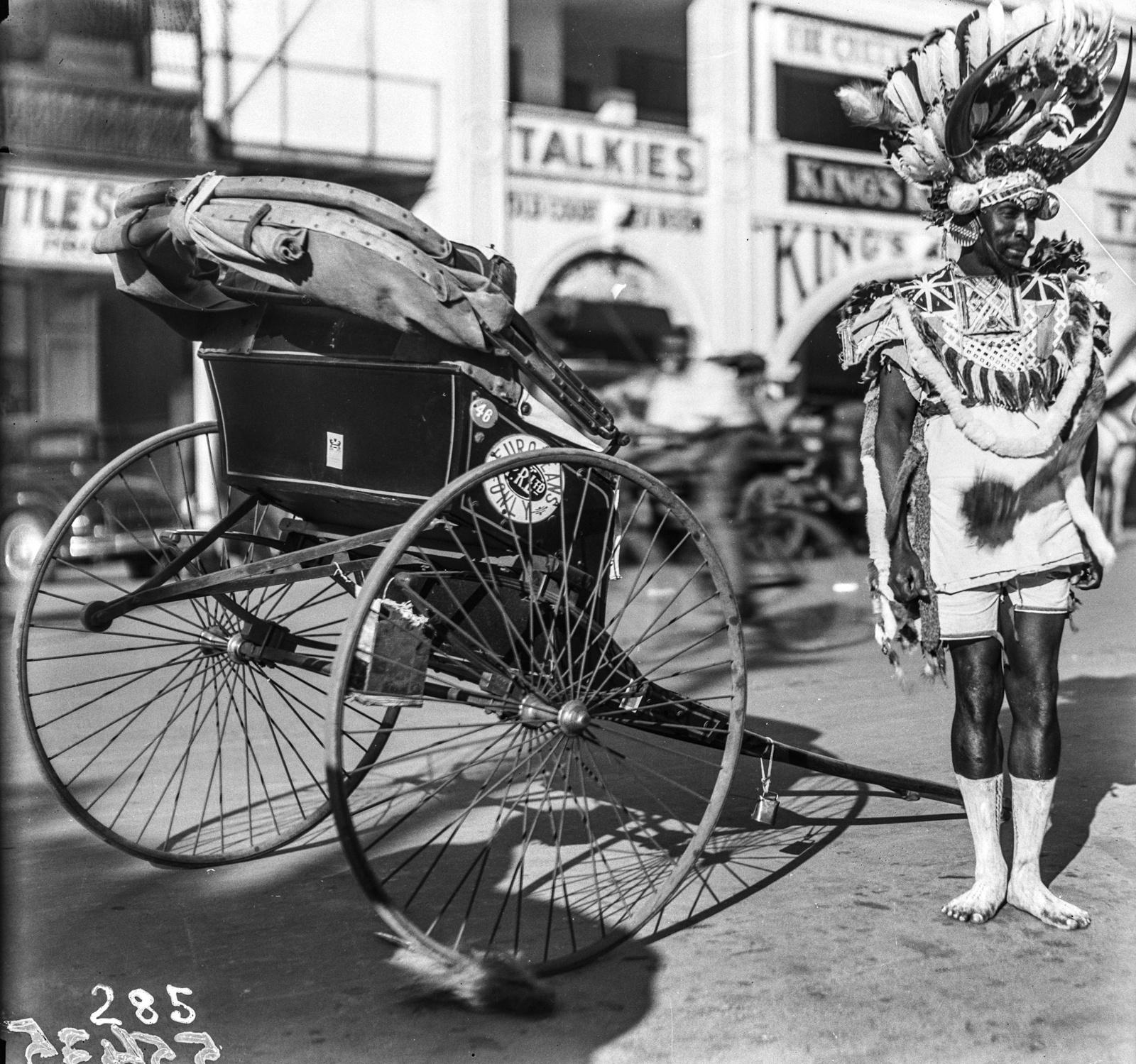 Южно-Африканский Союз. Дурбан. Зулу в традиционной одежде рядом с каретой