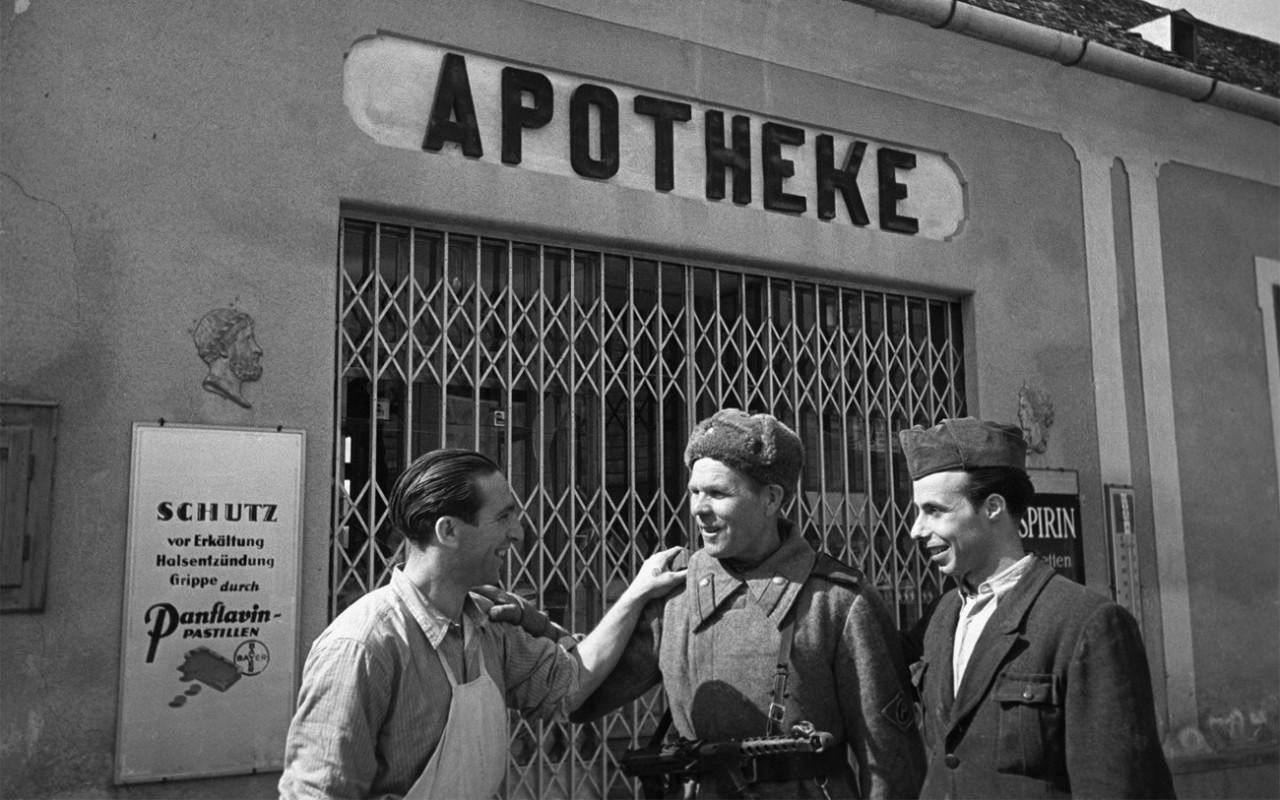 1945. Красноармеец-регулировщик общается с жителями взятого Локенхауза