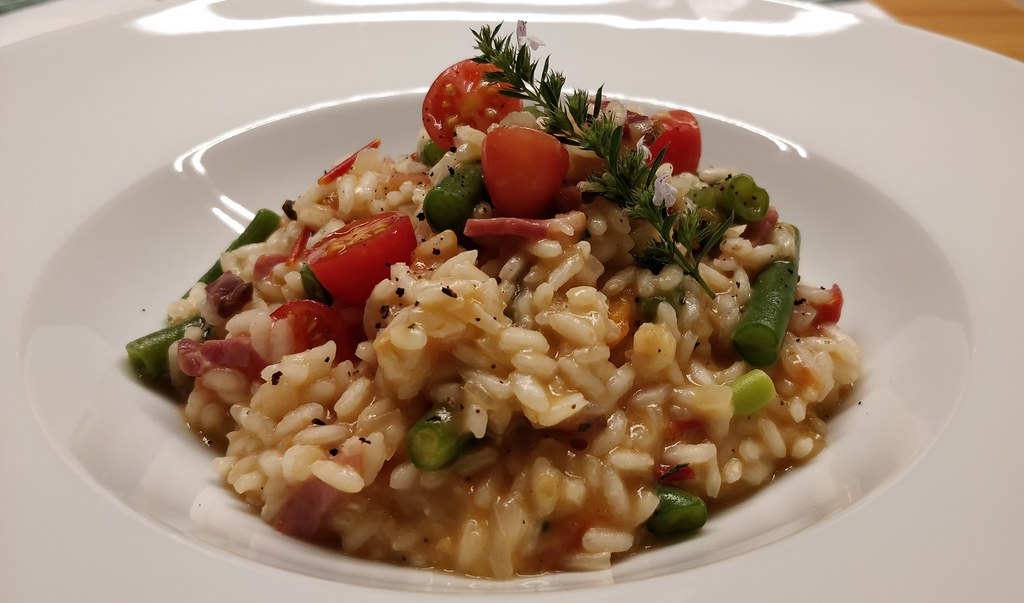 Tomaten-Risotto mit Fisolen und Speck