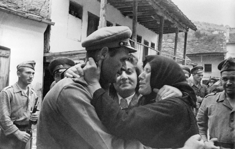 1944. Мать болгарского партизана Христо Карпачева (1911—1943) обнимает советского офицера во время освобождения Болгарии