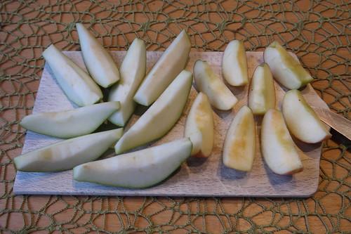 Kleine Birne und kleiner Apfel (aufgeschnitten)