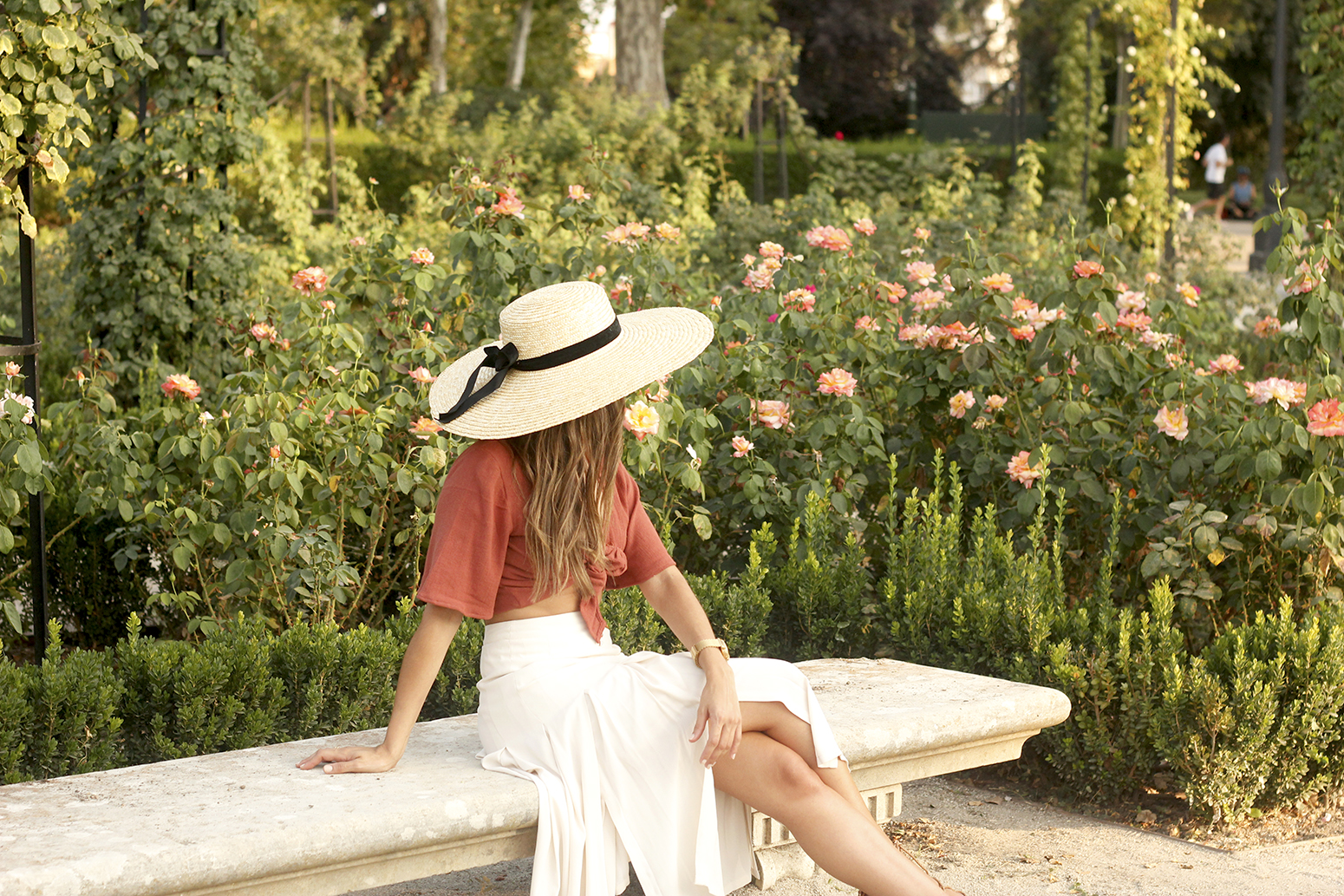 terracotta top white midi skirt straw hat flat sandals street style 201813