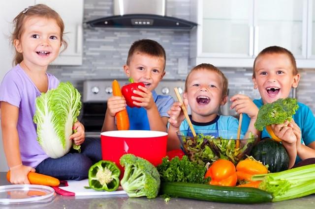 cho trẻ học nấu ăn