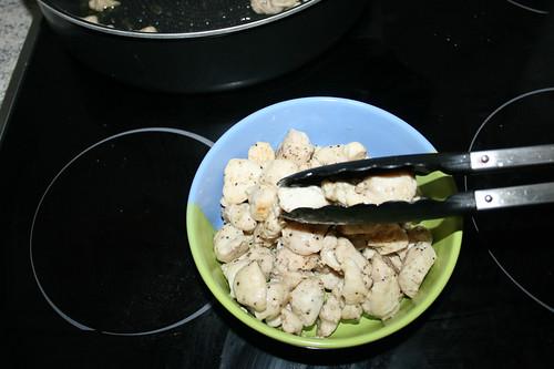 28 - Hähnchenbrustwürfel aus Pfanne entnehmen / Take chicken dices from pan