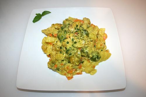 51 - Brussels sprouts potato casserole with curry chicken - Served  / Rosenkohl-Kartoffel-Auflauf mit Curry-Hähnchen - Serviert