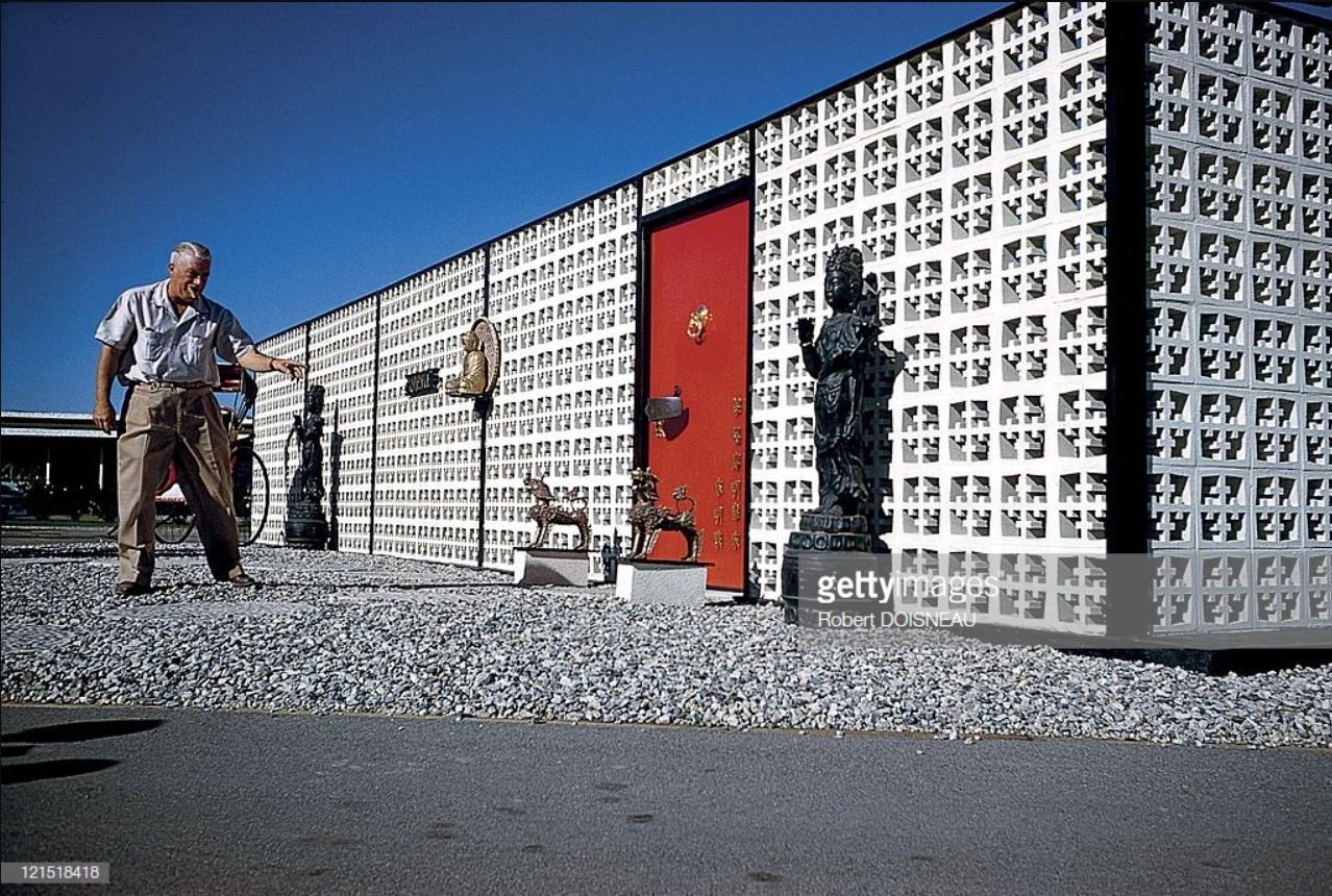 1960. Палм-Спрингс. Статуи перед домом