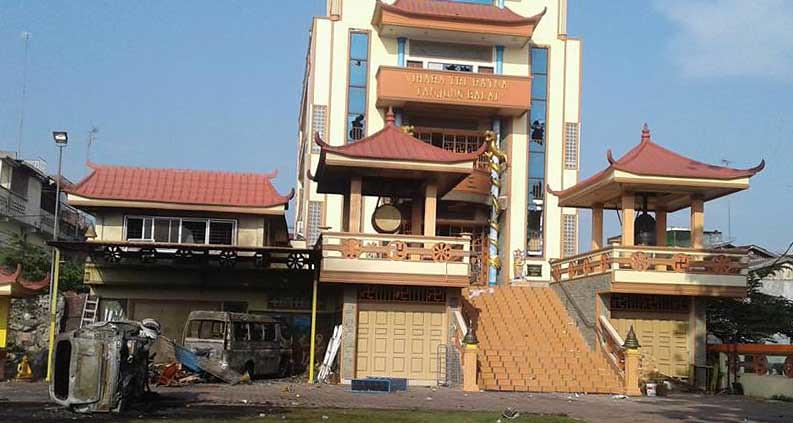 Tampak kerusakan pada kaca bangunan dan mobil yang telah hangus terbakar di Vihara Tri Ratna di Jalan Asahan, Kelurahan Indra Sakti, Kecamatan Tanjung Balai Selatan, Sumatera Utara, Sabtu (30/7/2016).