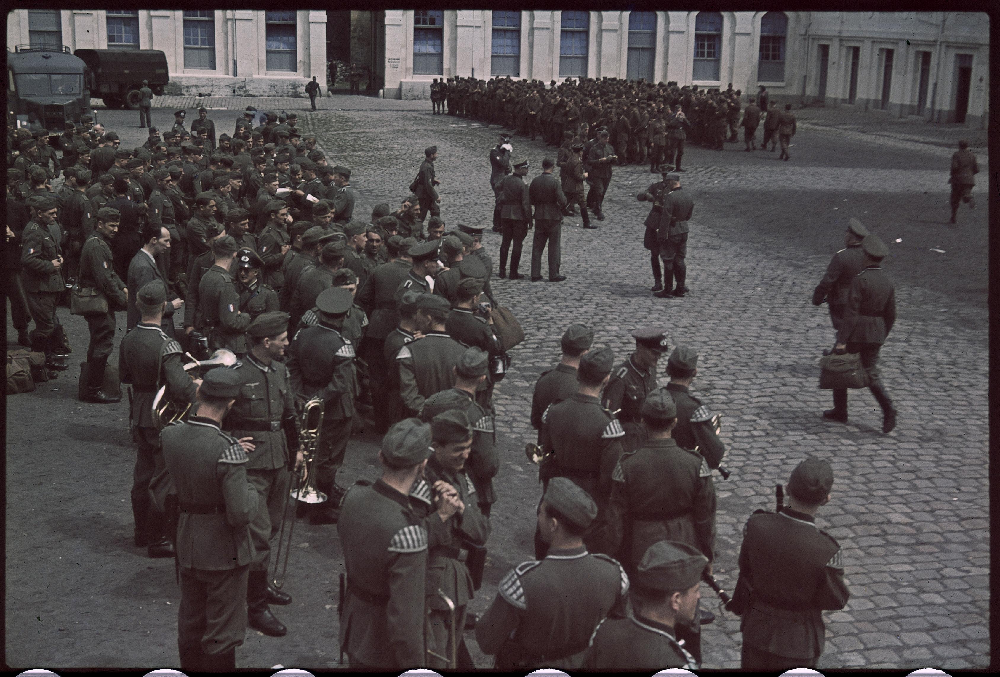 Вручение оружия легионерам французского добровольческого легиона