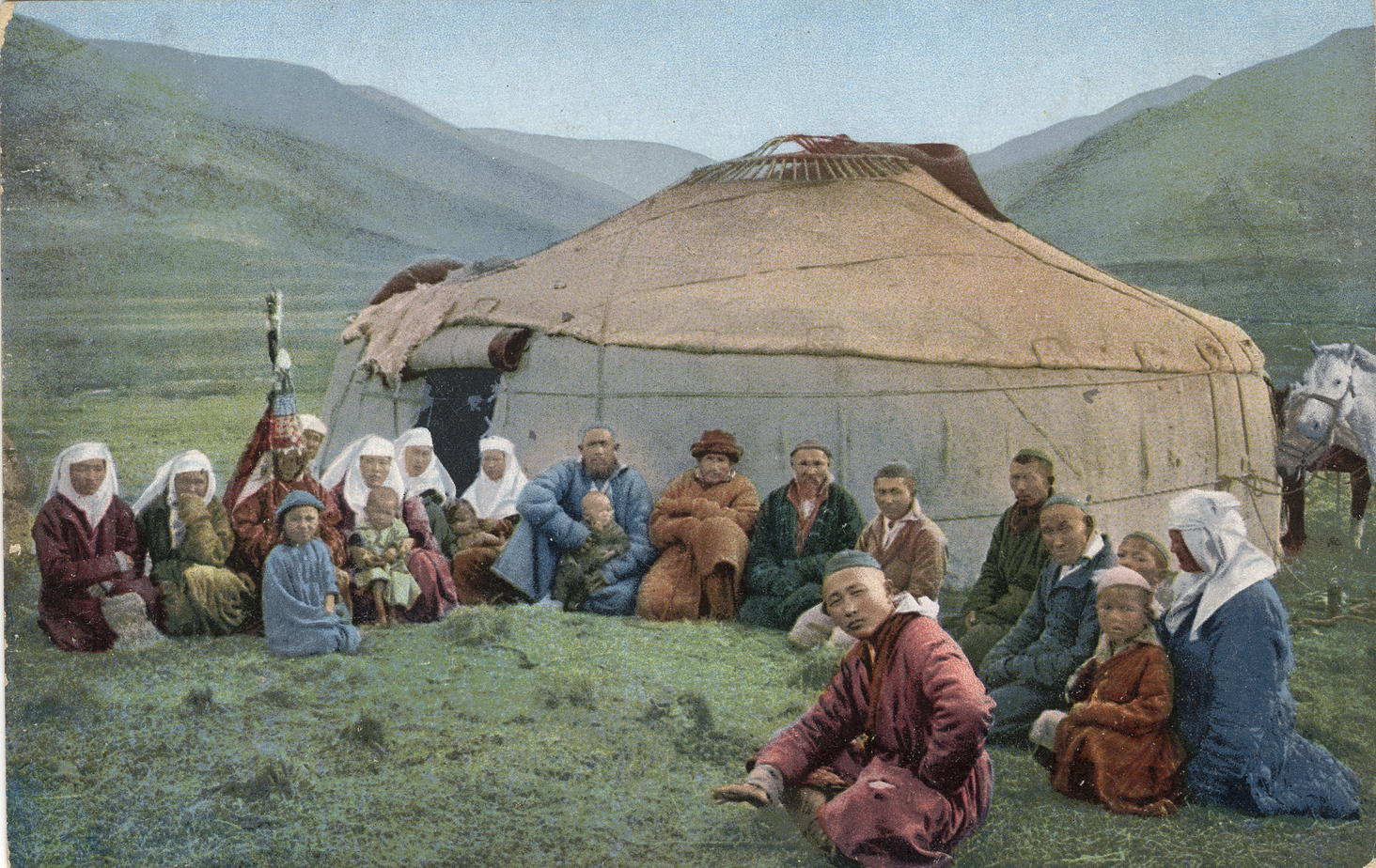 Группа казахов у юрты