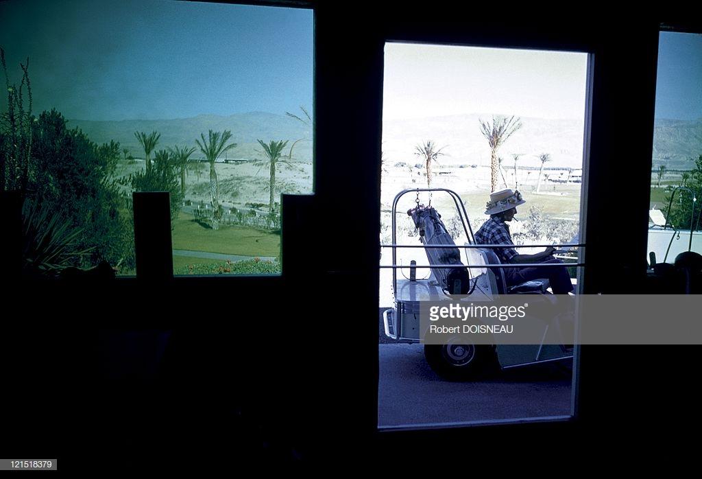 1960. Палм-Спрингс. Гольфист в машине