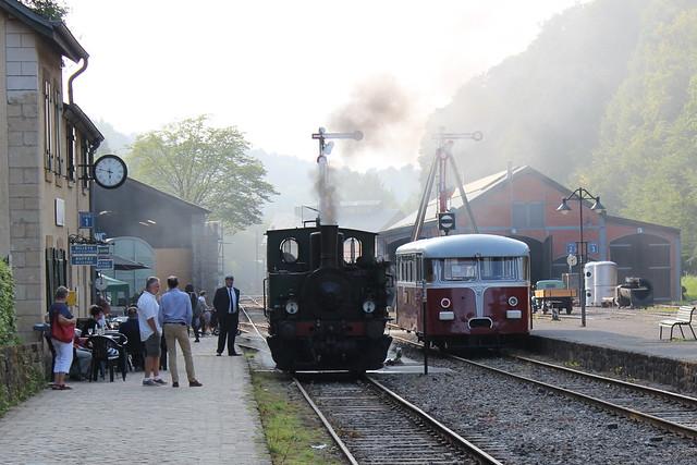 Dampflok und Schienenbus in Fond-de-Gras