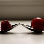 2018:09:12 17:38:33 - Kleine Tomate & große Himbeere - Fruit Bokeh - Tarbek - Schleswig-Holstein - Germany