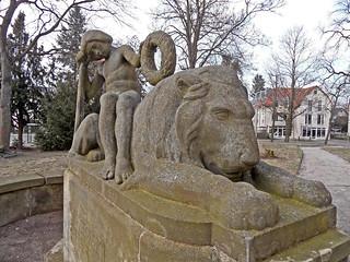 Knabe mit Löwe