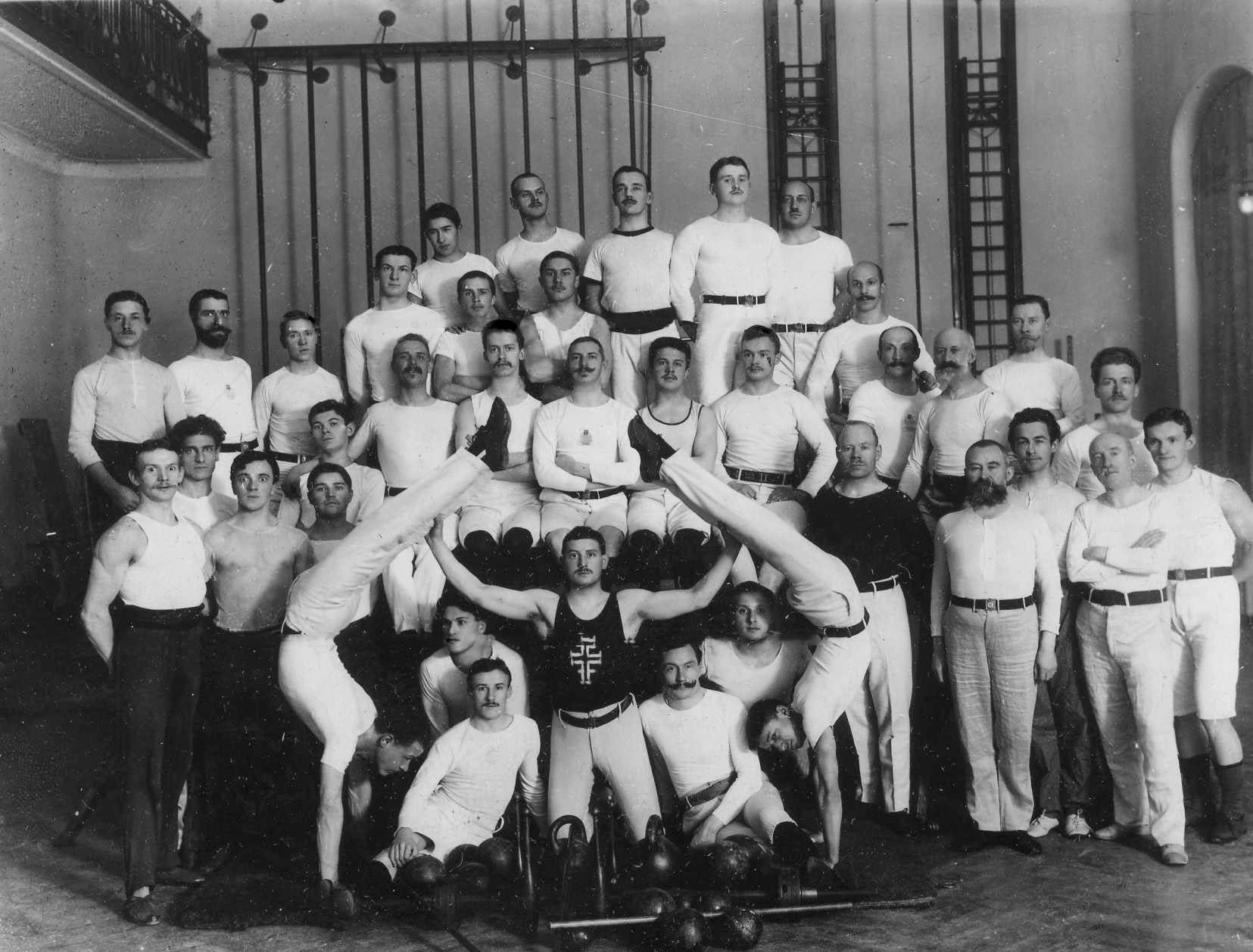 Группа гимнастов, членов общества в спортивном зале. 1911