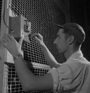 Rawleigh Huntley adjusting an artificial sunlight device, Port Williams, Nova Scotia / Rawleigh Huntley ajustant un appareil d'éclairage artificiel, Port Williams (Nouvelle-Écosse)