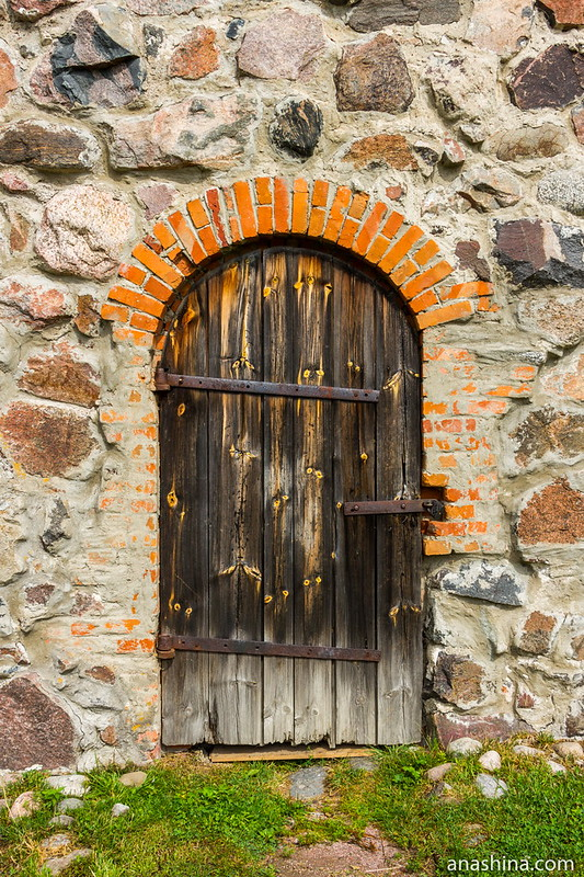 Старинная дверь, крепость Корела в Приозерске