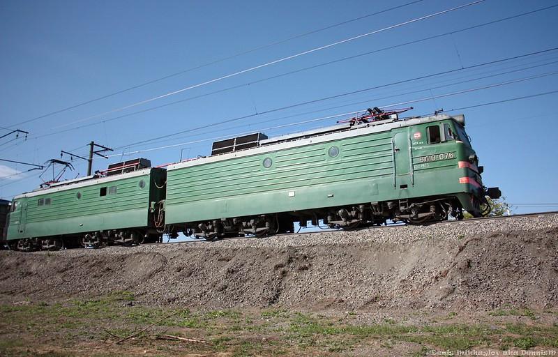 Электровоз ВЛ10у-076 с грузовым составом.