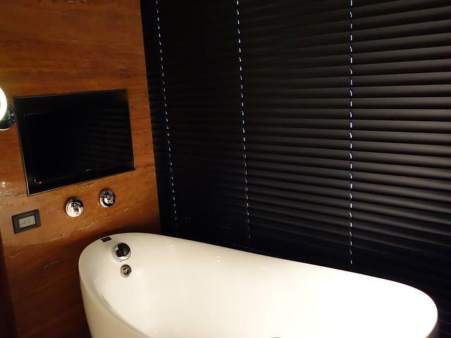 浴缸旁有電動捲簾可以隔開臥房與浴室@高雄H2O水京棧國際酒店