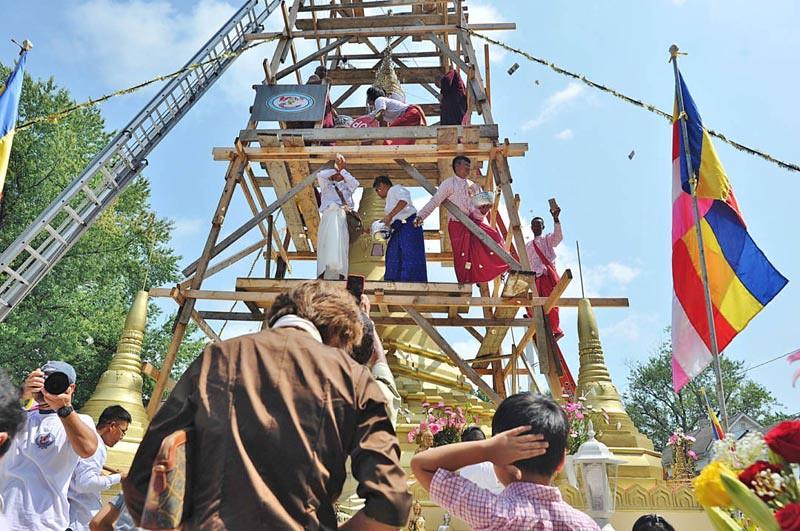 Pemasangan chatta Stupa Akron komunitas etnis Mon, di Ohio, Amerika Serikat, Minggu (26/8/2018).