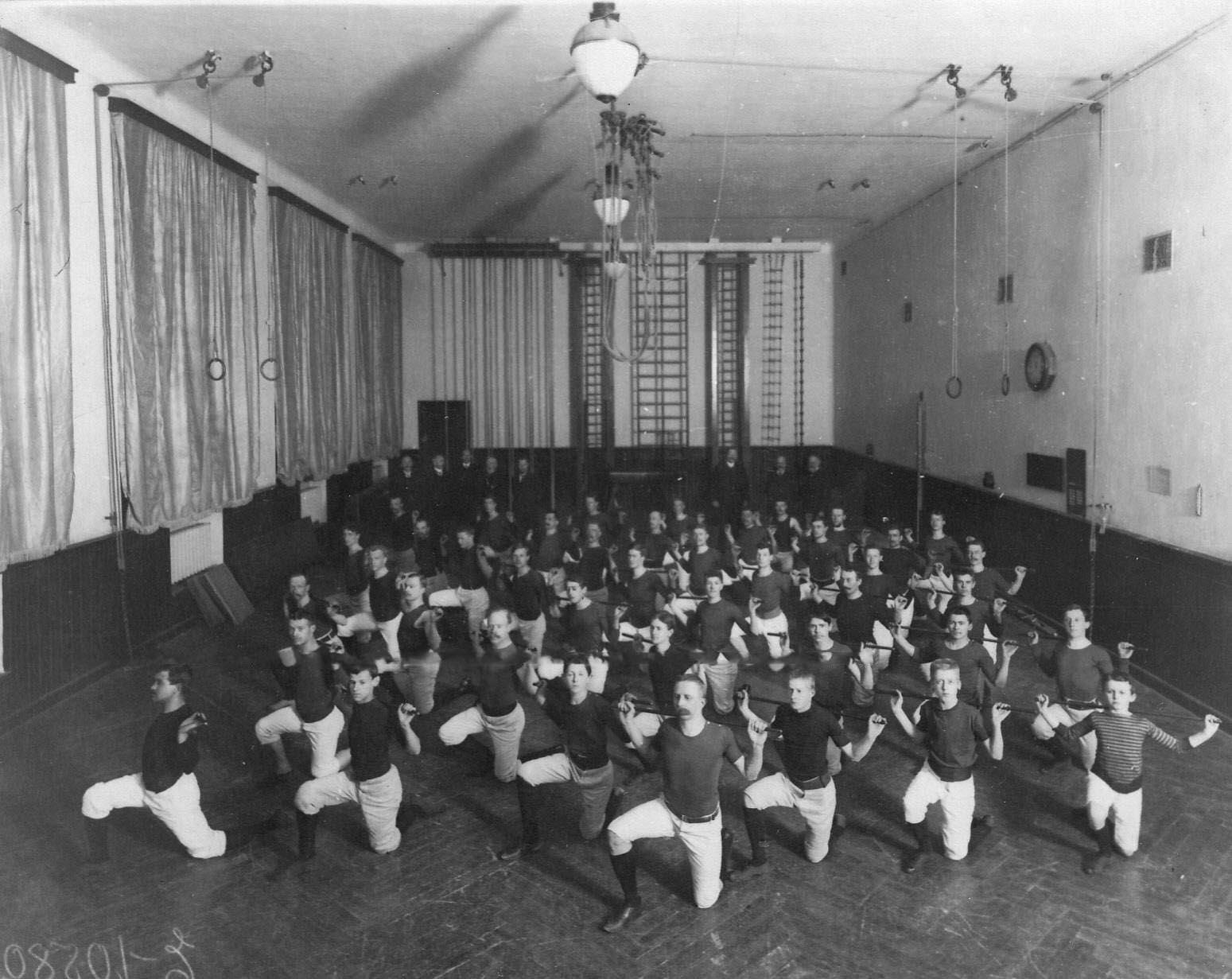 Занятия членов общества «Пальма» в гимнастическом зале