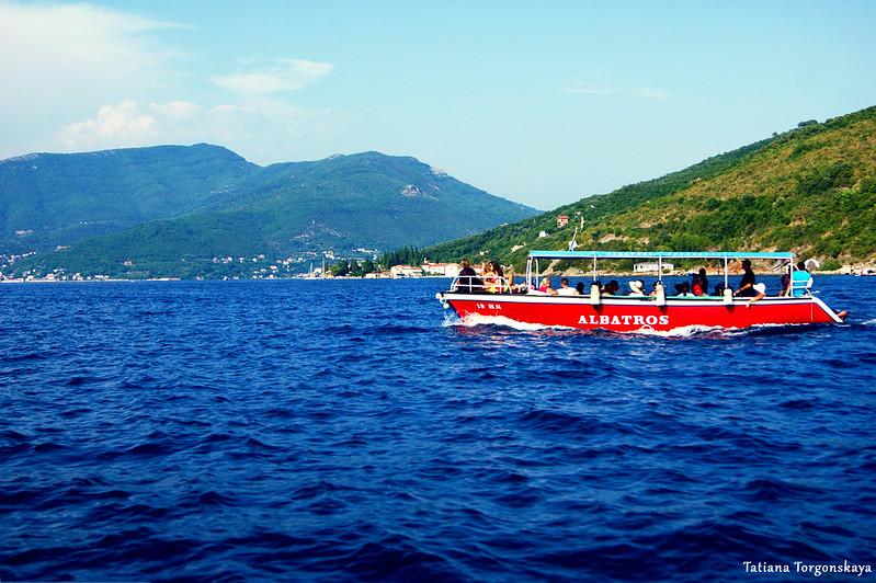 Туристический кораблик проплывает мимо Росе