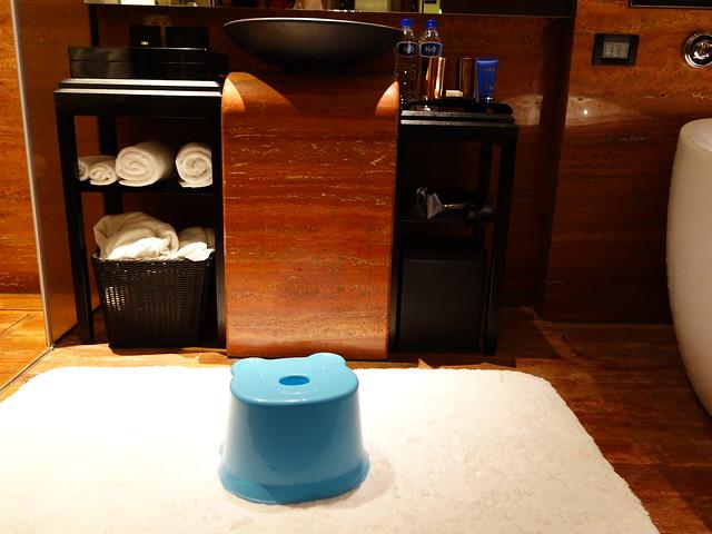 幫鹿鹿借了凳子@高雄H2O水京棧國際酒店