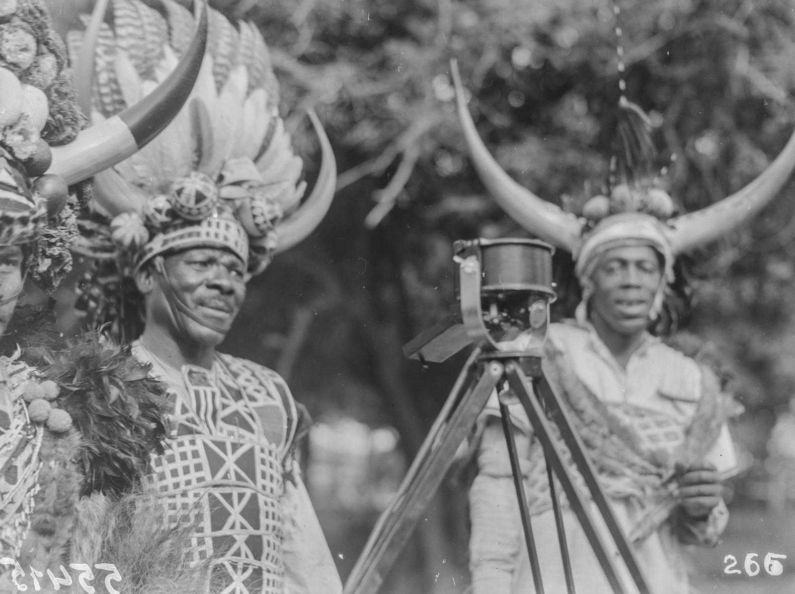 Южно-Африканский Союз. Дурбан. Зулу в традиционной одежде перед микрофоном