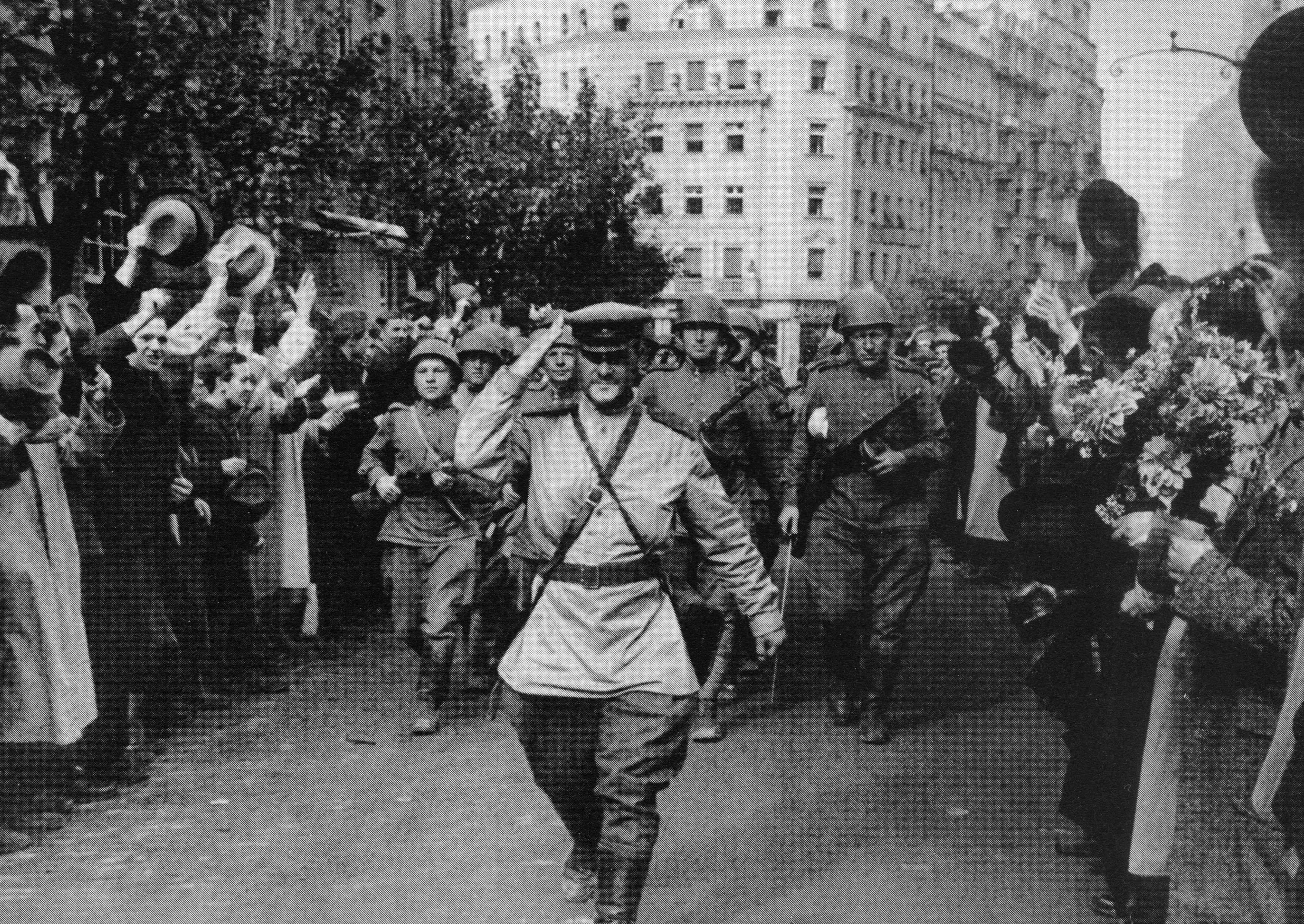 1944. Жители Белграда торжественно встречают советских солдат-освободителей. На переднем плане — капитан Д.И. Кудашов