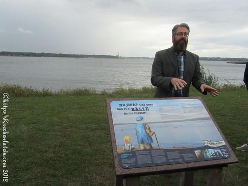 Dr. Tim Staufenberger vor seinem Schild