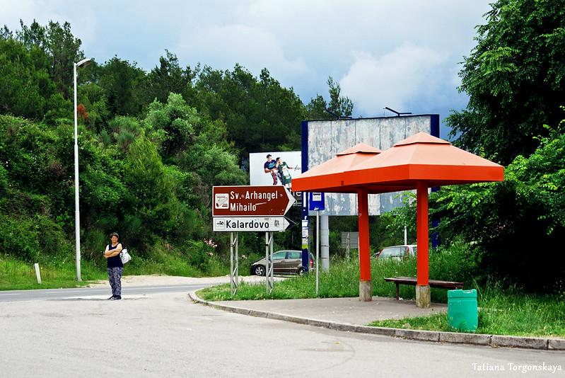 Остановка локального транспорта возле аэропорта Тивата