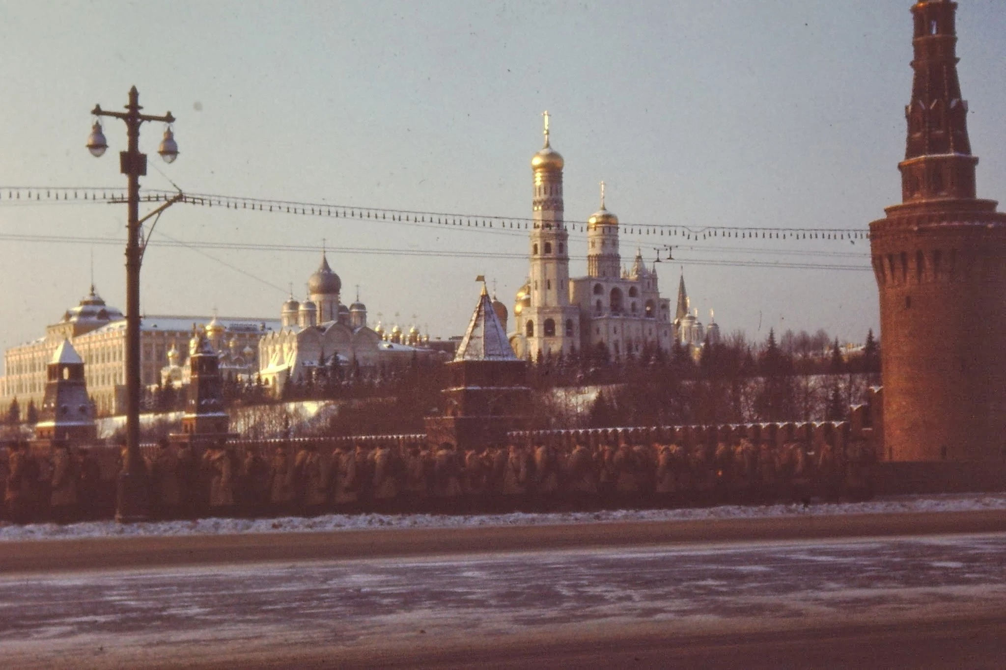 Колонна солдат направляется на мост через Москву