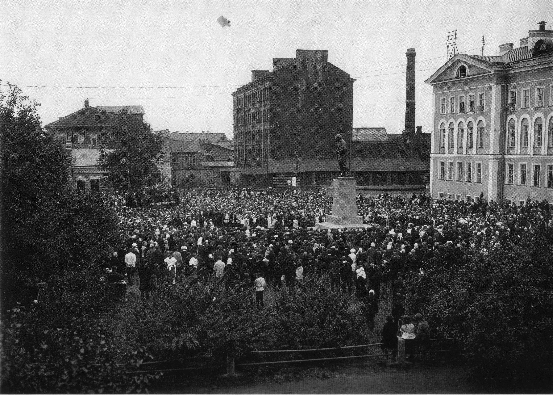 Митинг у Невского машиностроительного завода по поводу открытия одного из первых памятников В. И. Ленину в Ленинграде. Август