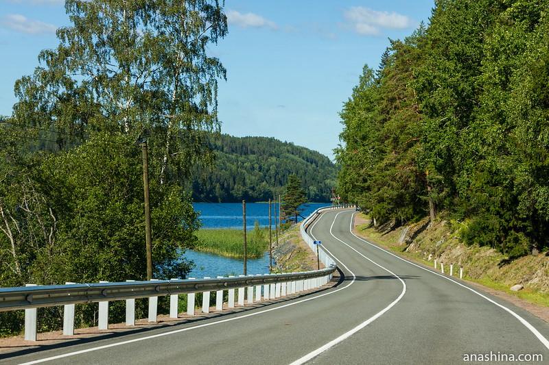Дорога вдоль залива Кирьявалахти Ладожского озера