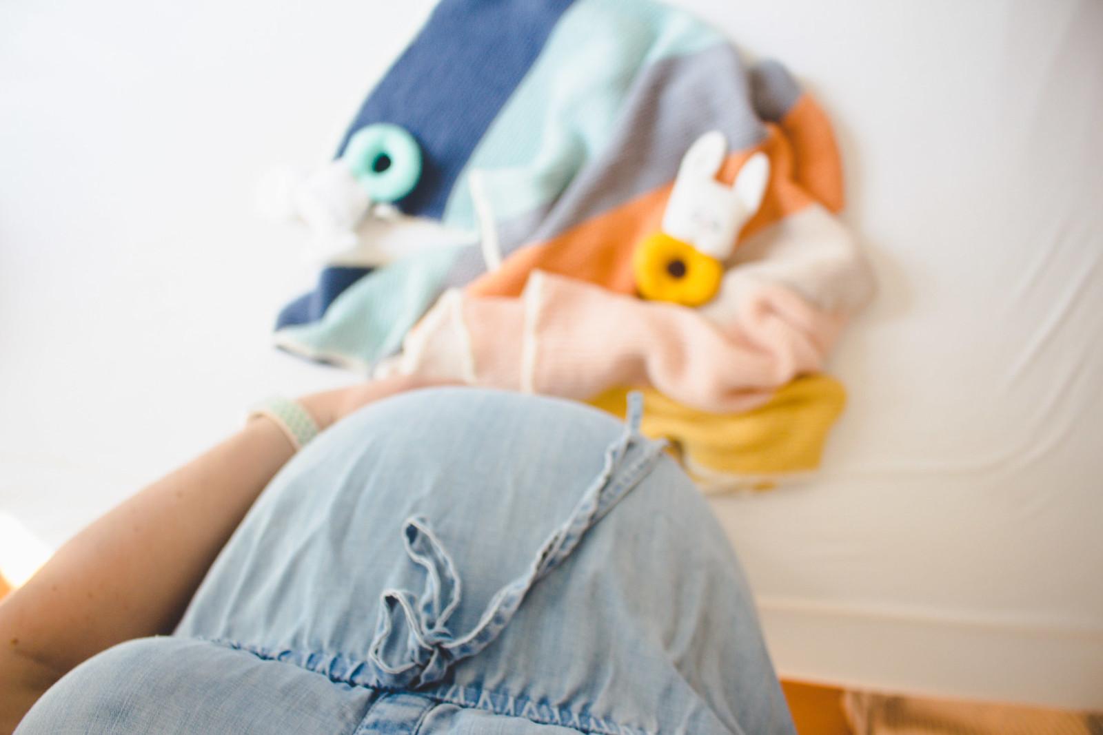 geschenk zur geburt: bunte babydecke mit häkelrand stricken - DIY/anleitung