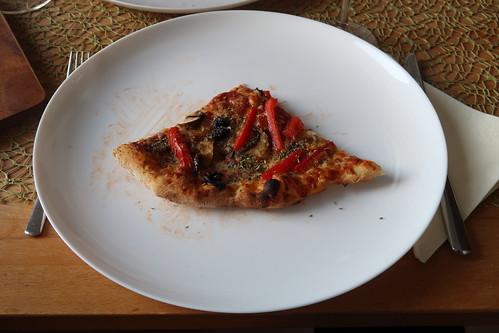Pizza mit frischen Champignons, Paprika und scharfer Salami (mein Viertel)