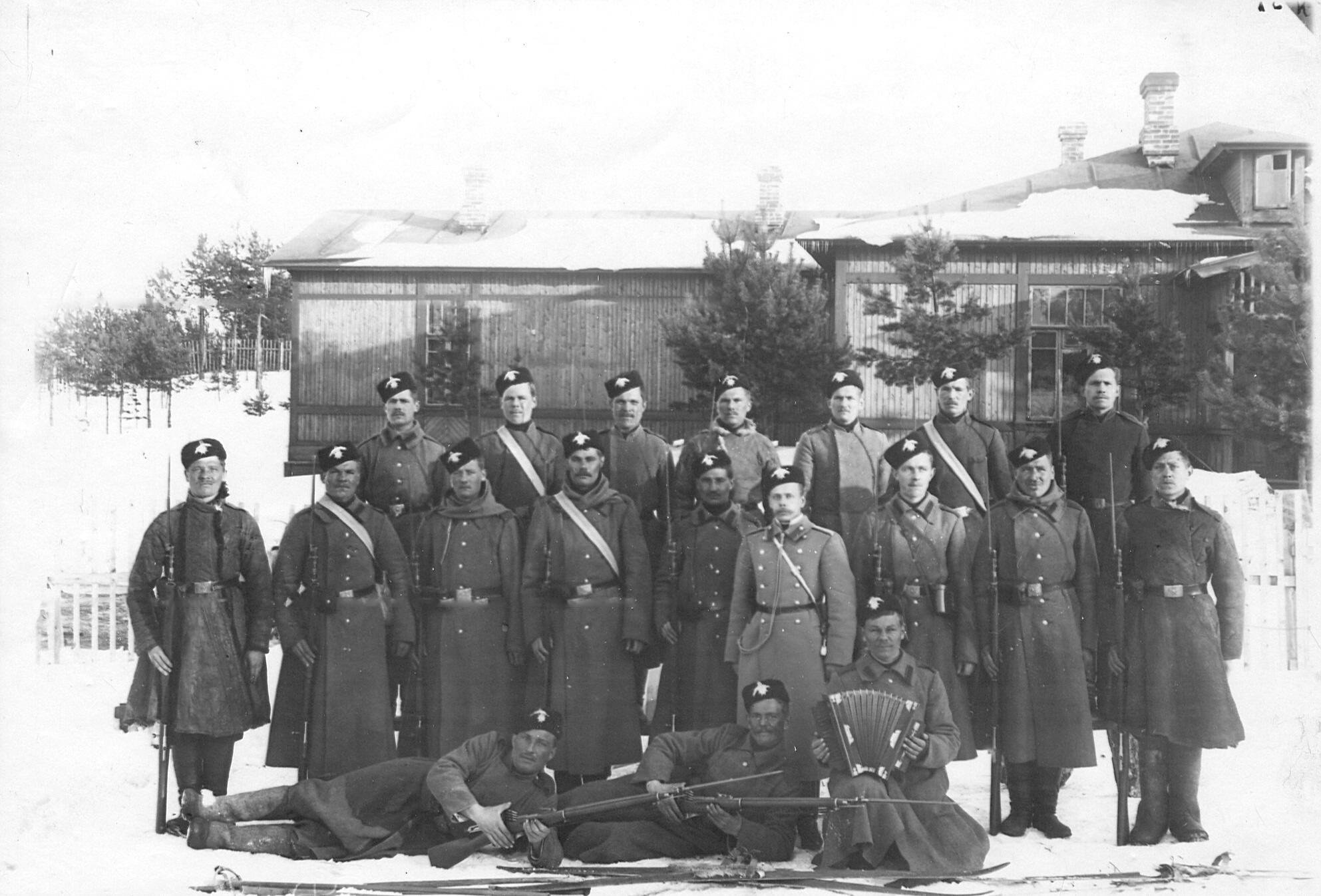 Группа солдат 2-го Царскосельского стрелкового батальона, проходящих учения при 1-ой Петербургской императора Александра III бригаде отдельного корпуса пограничной стражи.