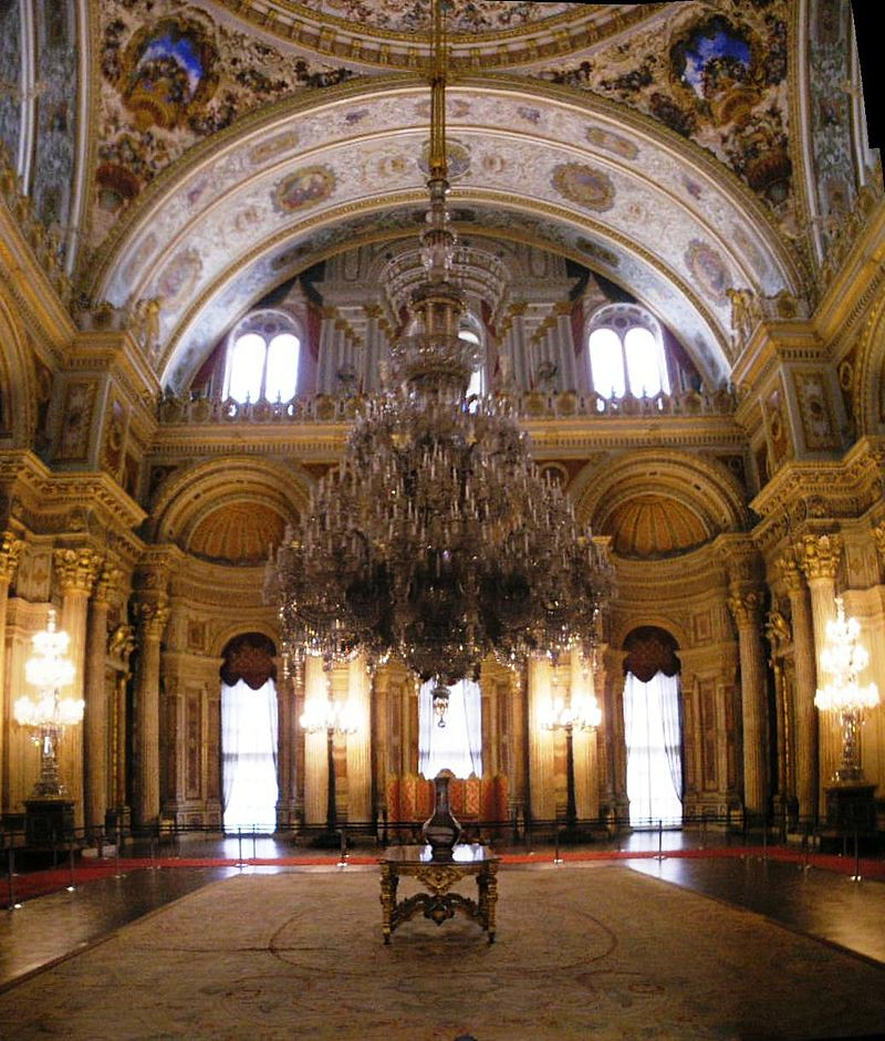800px-Ceremonial_hall_Dolmabahce_March_2008_pano2b