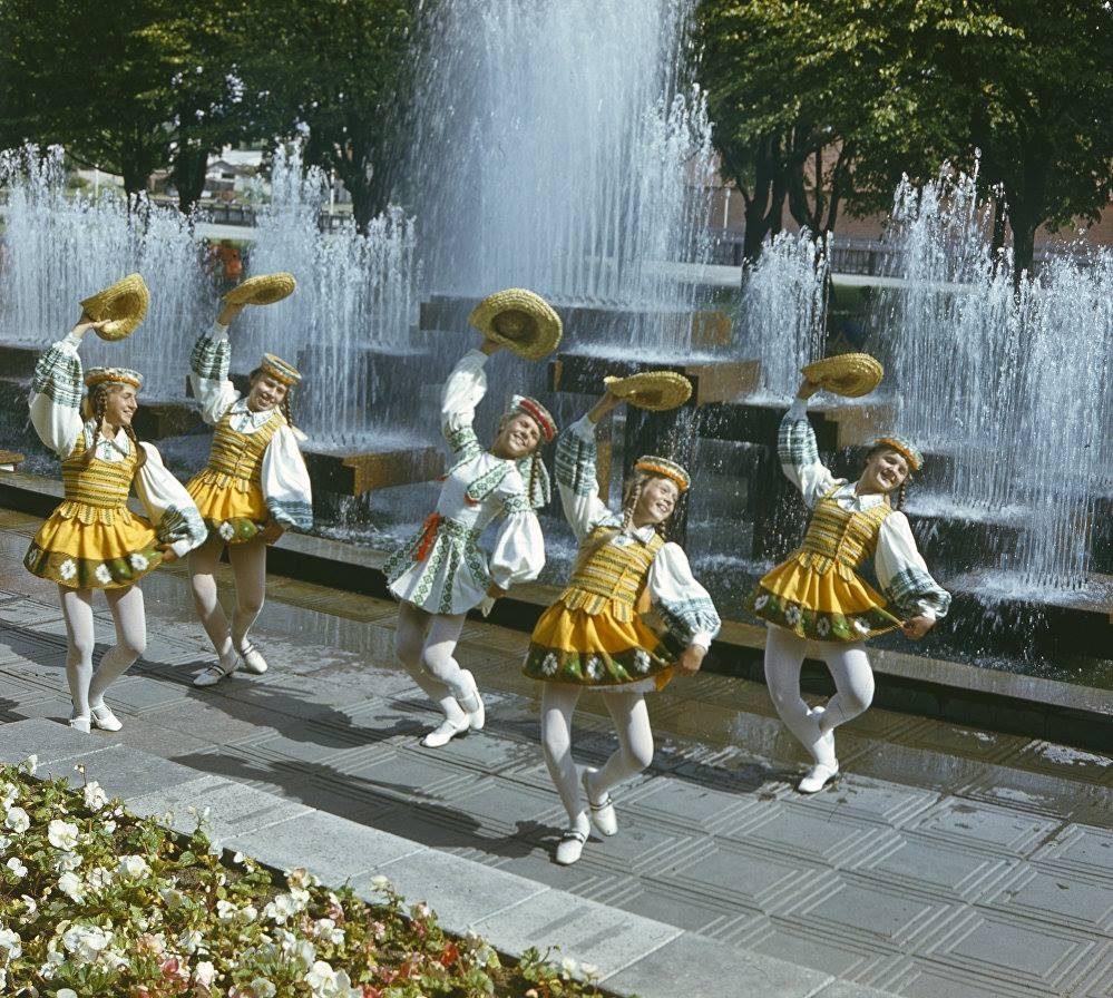 1986. Народный танец Kepurinė танцует детский танцевальный коллектив Žiogelis