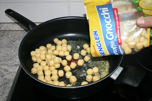 16 - Gnocchi in Pfanne geben / Put gnocchi in pan