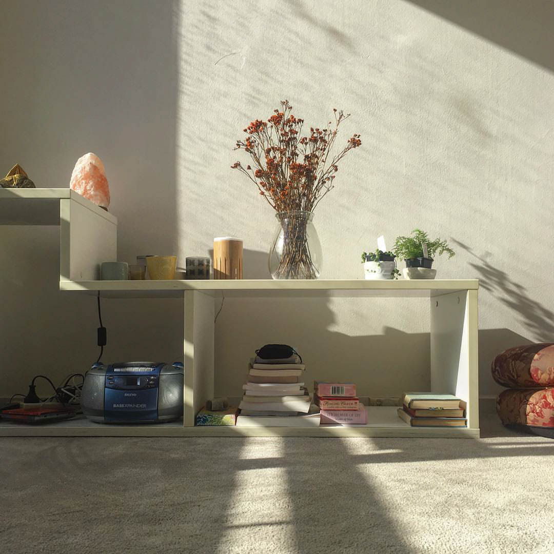 Alte afternoon sun shining on household items