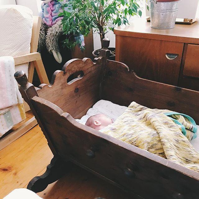 #instagraminteriorchallenge #mostpreciouspiece #iic ___ _eigentlich_ sind das die geerbten möbel meiner oma. aber #ausgründen steht zur zeit die bauernwiege meiner familie aus der steiermark bei uns im wohnzimmer. meine mama ist schon darin gelegen, meine
