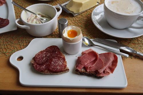 Rindersalami und Rindersaftschinken auf Holzofenbrot zum Frühstücksei