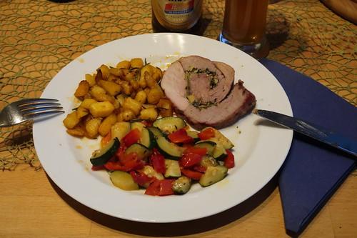 Lammrollbraten (mein 2. Stück) mit Rosmarinbratkartoffeln und Zuchini-Paprika-Gemüse