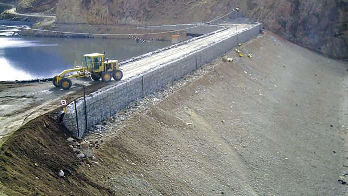 Рис. 5. Гребень дамбы рудника Яурикоха незадолго до окончания строительства