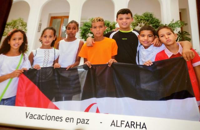 Foto de recuerdo de los niños y niñas saharauis de Vacaciones en Paz