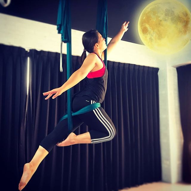 20180920 第654堂課 哈達瑜珈 第655堂課 空中瑜伽 來個應景的嫦娥奔月吧💕 #有運動沒在怕的 #運動使人開心 #40歲以後找回自己 #喜歡自己拍自己 #空中瑜珈 #arielyoga