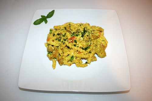 50 - Creamy curry pasta with turkey - Served / Cremige Curry-Puten-Nudelpfanne - Serviert